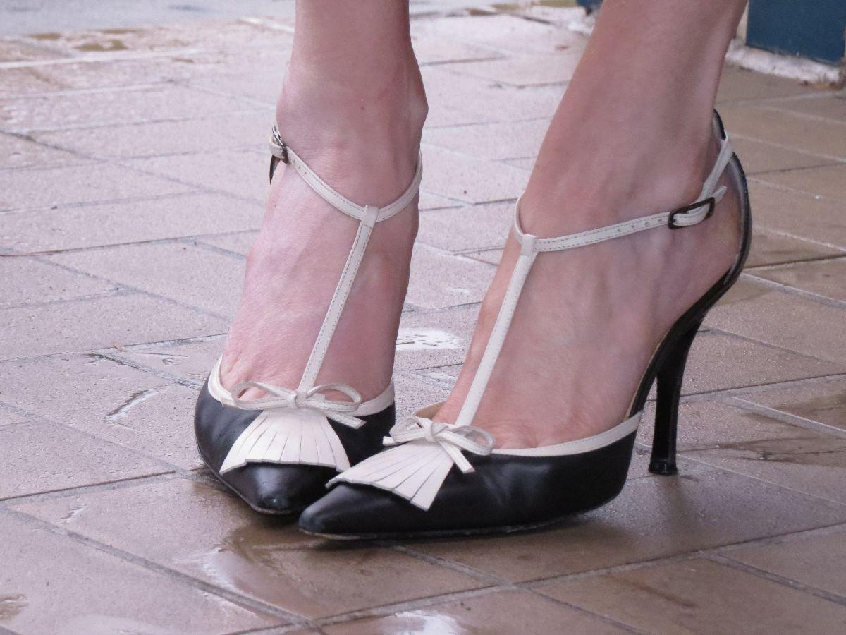 badgeley mischka t strap heels