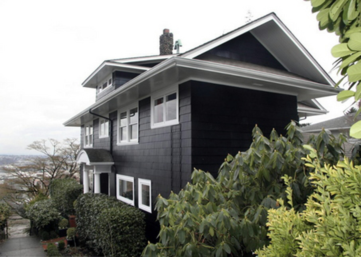 Crushing on black and white houses currently crushing - Dark grey exterior house paint concept ...
